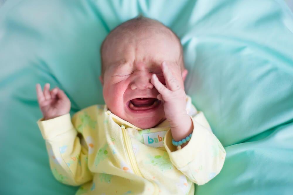 ¿Por qué los bebes se despiertan llorando de repente?