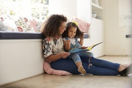 Mamá empezando a leer cuentos con su hija.