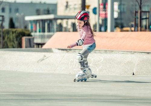Salir bien equipado y protegido es una de las bases para aprender a patinar en línea.