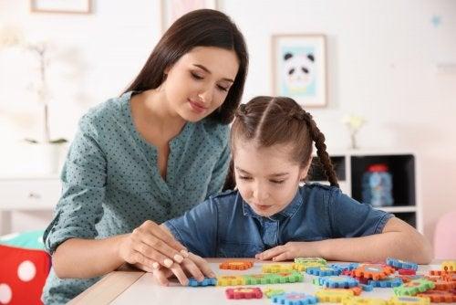 Madre jugando con su hija con autismo.