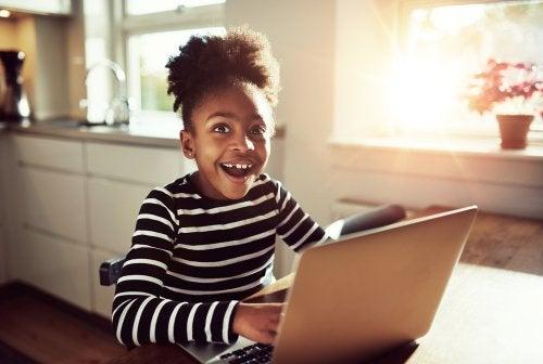Niñas con un ordenador consultando sus redes sociales.