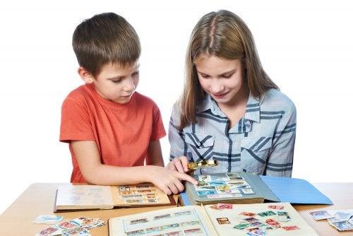 Niños coleccionando cromos y sellos.