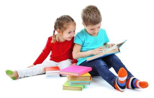Niños leyendo libros infantiles.