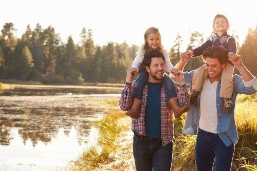 Padres dando un paseo con sus hijos y enseñándoles a no renunciar a sus principios.