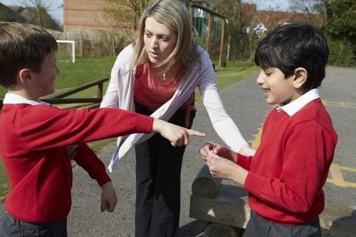 Profesora actuando a modo de prevención del bullying en una pelea entre dos alumnos.