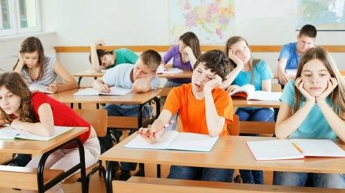 Mi hijo se aburre en clase.