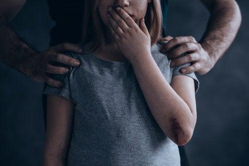 Niña víctima de abuso infantil.
