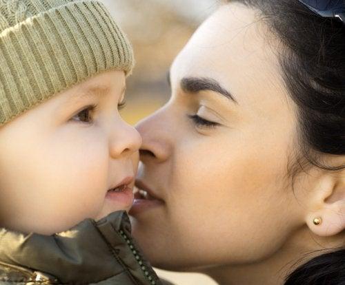 Mamá con su bebé proporcionándole un apego seguro.
