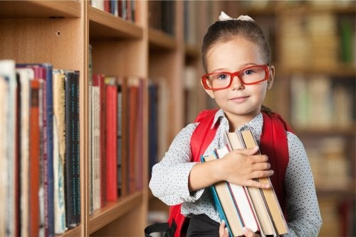 Niña en la biblioteca mejorando sus capacidades de orden superior.