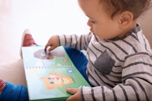 Niño leyendo un cuento para bebé de 0 a 3 años.
