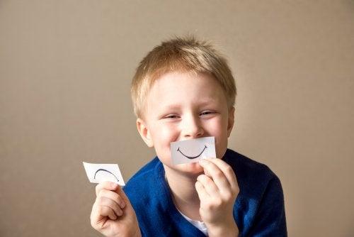 Niño poniendo en práctica sus competencias socioemocionales.