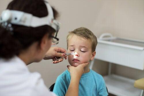 Niño en el pediatra haciéndose un examen médico.