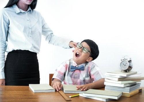 ¿Cómo actuar legalmente contra un profesor maltratador?