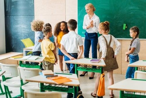Alumnos en clase realizando pausas activas para mejorar la atención.