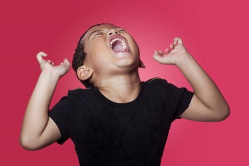 Niño con una rabieta al que han invalidado sus emociones.