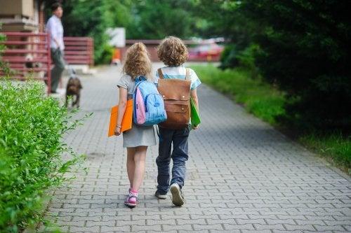 ¿A qué edad pueden los niños empezar a salir solos de casa?
