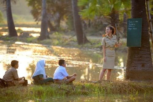 Profesora dando clase a niños desfavorecidos gracias a las acciones de UNICEF para protegerlos.