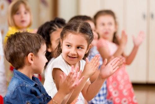 Niños utilizando el juego como eje metodológico en la etapa de infantil.