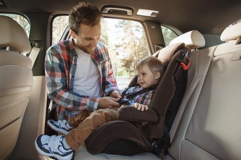 Cómo colocar la silla para niños en el coche