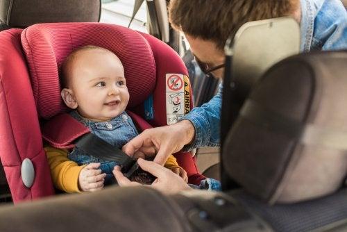 Cómo colocar la silla para niños en el coche.