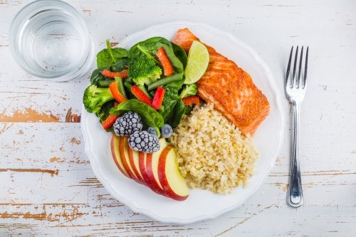 Plato con una alimentación completa para aliviar el síndrome premenstrual.