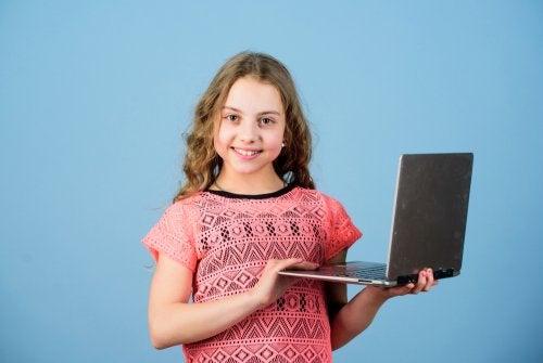 Alumna con su ordenador escribiendo en el blog del aula.