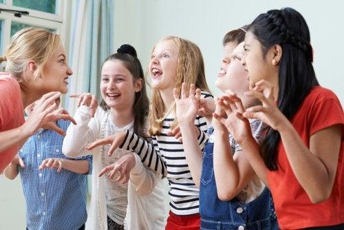 Niños en clase de teatro.