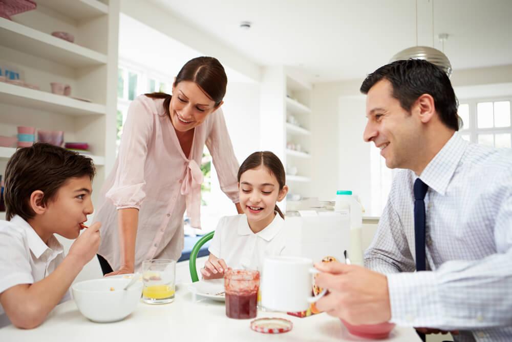 Familia desayunando junta sabiendo conciliar la vida familiar y la laboral.