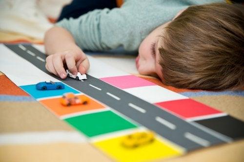 Niño con autismo jugando en el colegio.