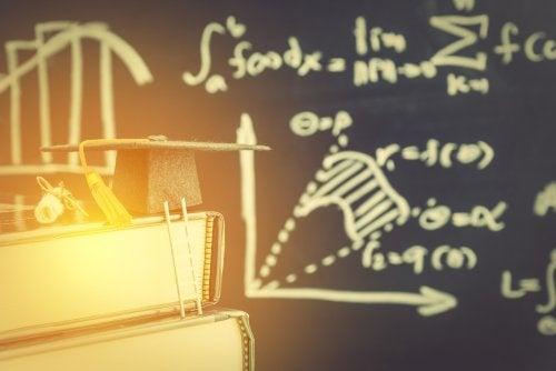 Pizarra con fórmulas y libros.