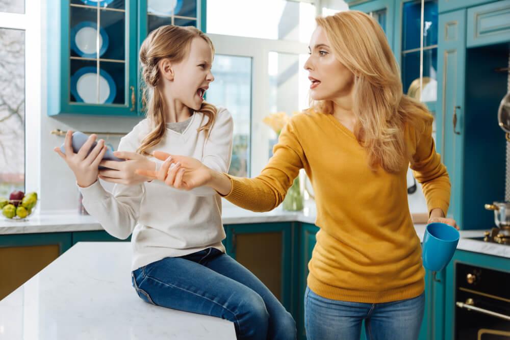 ¿Pueden los padres revisar las redes sociales de sus hijos?