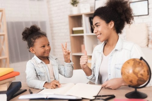 Madre haciendo tareas con su hija gracias a EduClan.