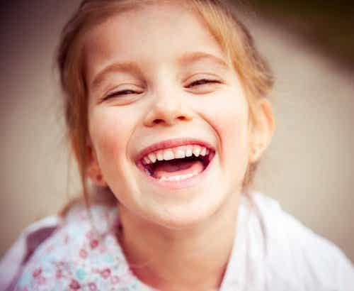 Niña sonriendo de felicidad.