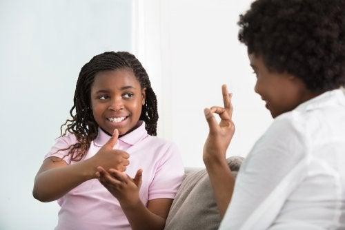 Ser madre de un niño con sordera.