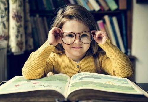 Niña leyendo libros para reflexionar.