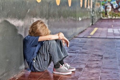 Niño víctima de bullying o acoso escolar.