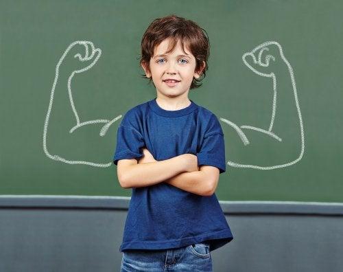 Niño de brazos cruzados con una autoestima alta.