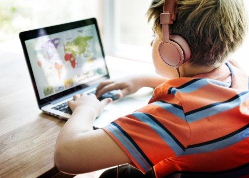 Niño con un ordenador practicando el microaprendizaje.