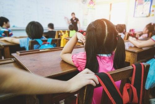 Niños en clase con un gran deseo de aprender gracias a la profesora.