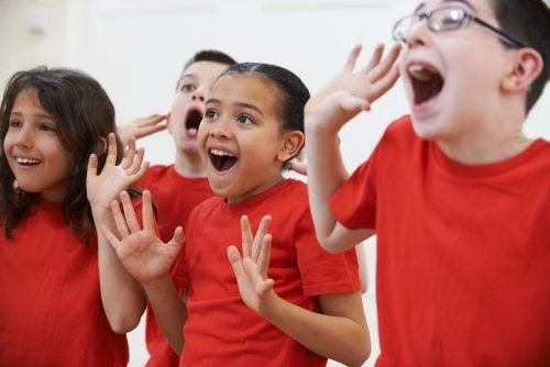 Niños aprendiendo mediante la pedagogía teatral.