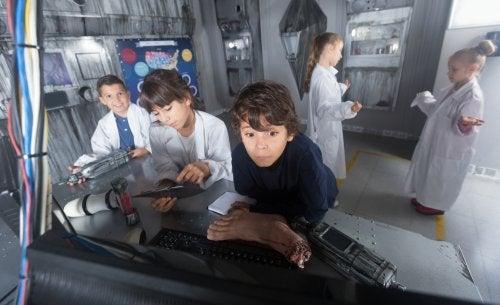 Niños jugando en un escape room.