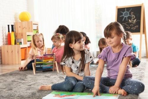 Niños en clase aprendiendo la mentalidad de crecimiento.