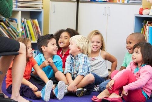 Niños aprendiendo sentido del humor en clase.