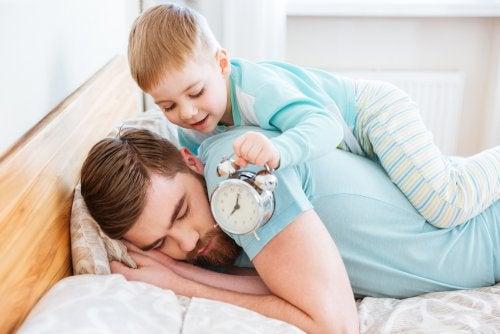 Mi hijo se despierta muy temprano.