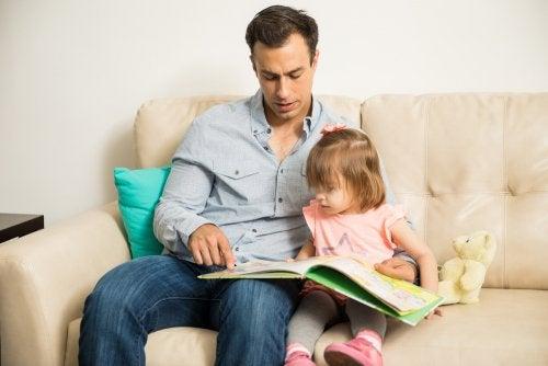 Padre leyendo a su hija y formando una familia monoparental.