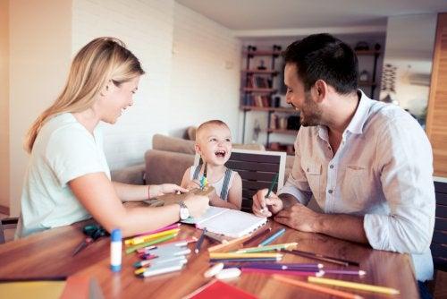 Padres pasando tiempo de calidad con su hijo teniendo en cuenta las consideraciones de algunos libros de pedagogía infantil.