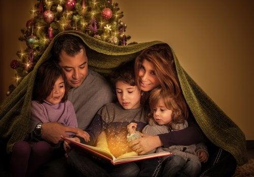 Padres con sus hijos leyendo cuentos.