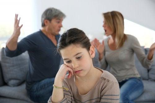 Padres discutiendo frente a su hija por su falta de comunicación.