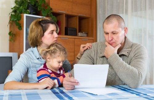 Padres con su hija hablando sobre la pensión de alimentos tras el divorcio.