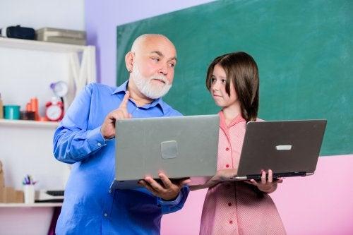 Profesor explicando a su alumna cómo van a hacer para empezar a escribir un blog en el aula.